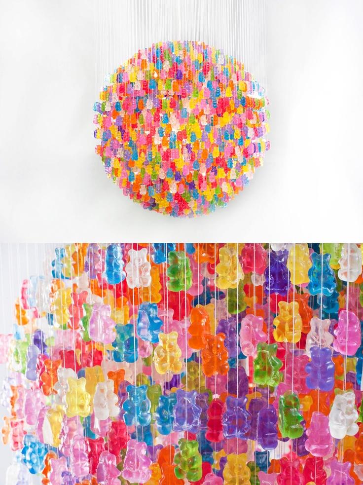 Американский художник Кевин Чампени создал необычную люстру из более 3000 мармеладных мишек.