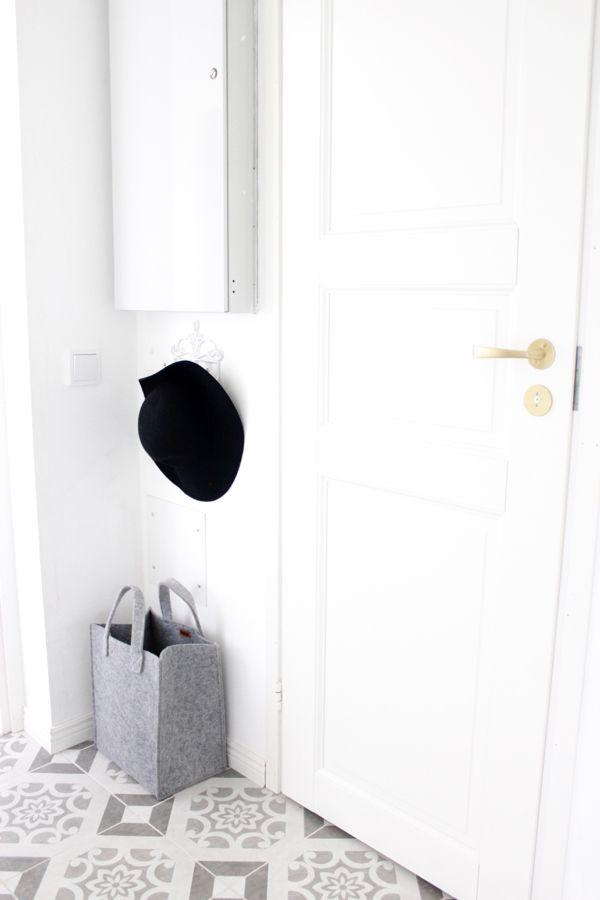White interior | Scandinavian style | Iittala grey Meno - bag | Meno - kassi