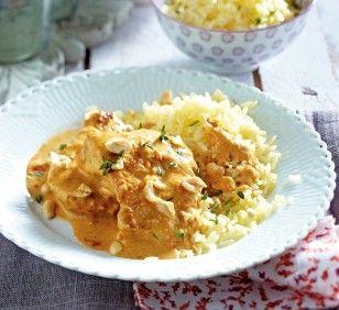 Putenschnitzel mit Erdnusssoße Rezept: Parboiled-Reis,Salz,Zwiebel,Paprikaschote,Thymian,Öl,Pfeffer,Edelsüßpaprika,Schlagsahne,crunchy,Erdnusskerne,Putenschnitzel