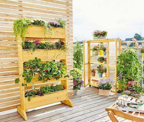 Vertikální záhon poskytuje místo na pěstování rozmanitých rostlin i na malém prostoru: do čtyř truhlíků se dají naaranžovat třeba květiny, bylinky nebo popínavé rostliny. Cena je 3990 Kč; Tchibo