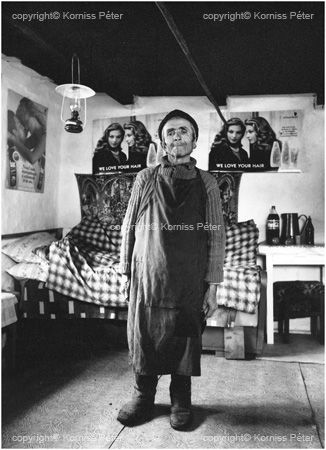 Man in his poster decorated room. 1997, Korniss Péter