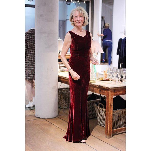 Jette har fået syet denne smukke kjole af Elise i anledningen af, at hun var inviteret til et bryllup i Holland. Den blev vist så fint frem til vores GUG Night igår. Tak fordi du stillede op til et billede i din smukke kjole, Jette #gugnight #cphff #fashionweek #danishdesign #madeinitaly #festkjole #eveningdress #reddress #pistolstræde3 #fashionevent #elisegug
