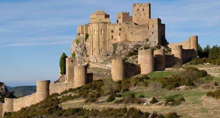 """Castillo de Loarre, Huesca, España*... Construido en el siglo XI sobre un peñasco por orden de los monarcas aragoneses para defender los pasos pirenaicos, protegido por una muralla (siglo XIII), el castillo tiene criptas, capillas, mazmorras, pasadizos, escalinatas y miradores. Considerado una de las obras militares románicas mejor conservadas, ha sido escenario de varias producciones cinematográficas, aquí se rodó, entre otras, """"En el Reino de los Cielos"""", de Ridley Scott"""