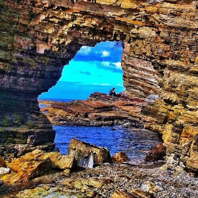 A great capture from Fossil Cove by Kathryn Page. Located near Blackman's Bay and just a 30 minute drive from Hobart, Fossil Cove features a large rock archway and a wave-cut platform that is riddled with fossils. It's a popular short walk for local families and visitors alike. #discovertasmania #tasmania #fossilcove