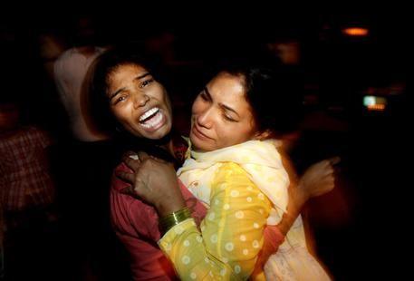 Due donne si confortano a vicenda mentre piangono la morte dei loro congiunti nell'attentato nel parco per bambini a Lahore, in Pakistan © AP