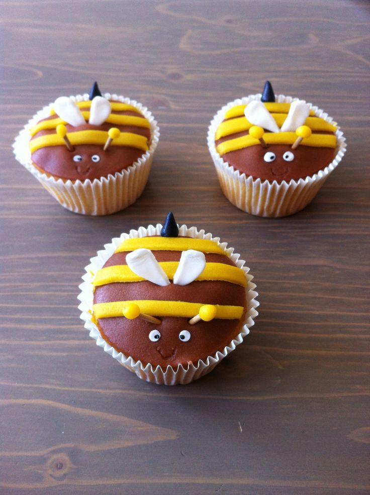 Bijen cupcakes.. Mcweddings & Events