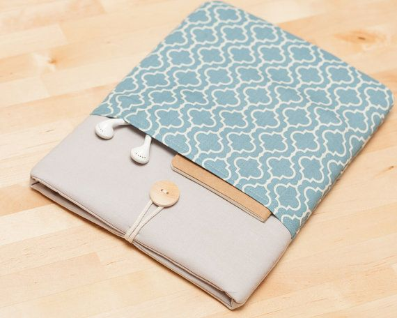 This cute padded MacBook case it´s designed to protect your macbook from dust and scratches. It´s made of cotton fabric and padded with 1cm foam to ensure