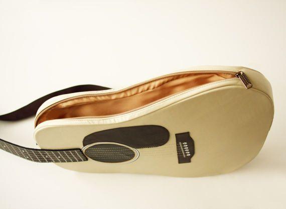 Para la colección de mochilas por favor visite https://www.etsy.com/shop/KrukruStudioBooks  Este bolso nace en forma de una guitarra acústica. Hecho de cuero color beige con negros y marrón de elementos decorativos.  Más en la sección de bolsas de música: http://etsy.me/1Xf2qXv Sección de listo-a-nave y venta: http://etsy.me/1QRMd6y Visite nuestra tienda: https://www.etsy.com/shop/krukrustudio  CARACTERÍSTICAS -Dimensiones ...