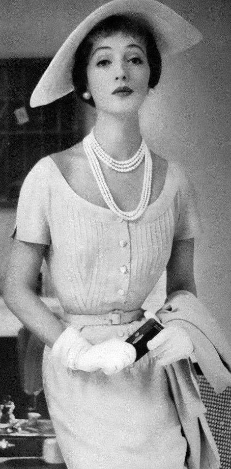 De kledij in de 19e eeuw bij de rijkere klasse, waar de familie Frankenstein toe behoort, was erg chic en dat zien we dan ook terug in deze foto die een elitair en hooghartig gevoel uitstraalt. De kledij op deze foto is uiteraard voor het vrouwelijke gezelschap in de cast.