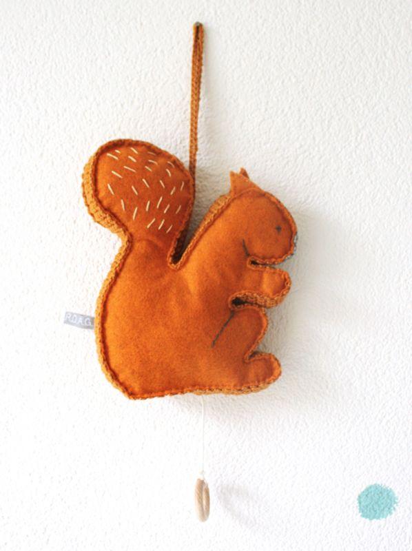 Een muziekdoosje in de vorm van een eekhoorntje. Gemaakt met wolvilt en katoengaren.#wijzijndonderdag #donderdag #muziekdoosje #kraamcadeau #kinderkamer #babykamer #zwanger #eekhoorn #decoratie #baby