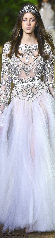 Acessório de acordo com o vestido de noiva, uma tiara diferente de todas as outras, com aplicações em pedras. Não é uma coroa, não é uma faixa e não fica posicionada no mesmo lugar que as outras.