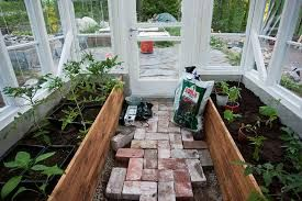 Kuvahaun tulos haulle pieni kasvihuone vanhoista ikkunoista