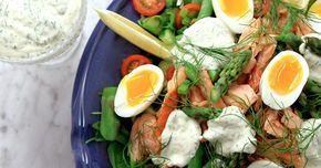 Matig sallad med varmrökt lax, matvete, kokt ägg och sparris. Mixa en krämig dressing med smak av dill och citron till.