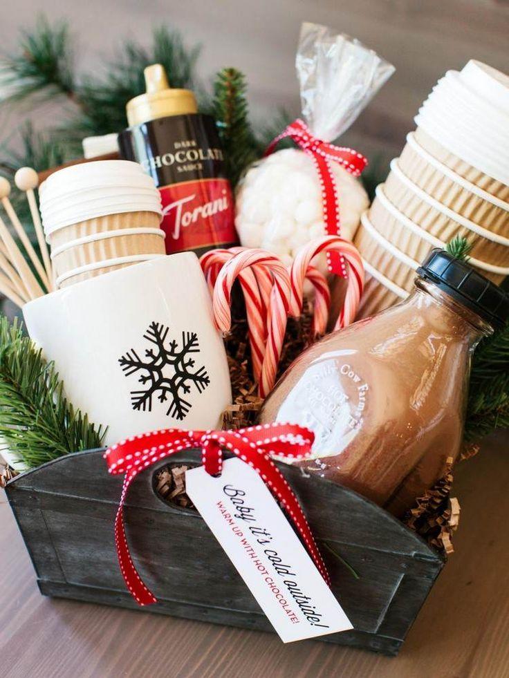 Geschenkkorbt mit Sachen für heiße Getränke im Winter