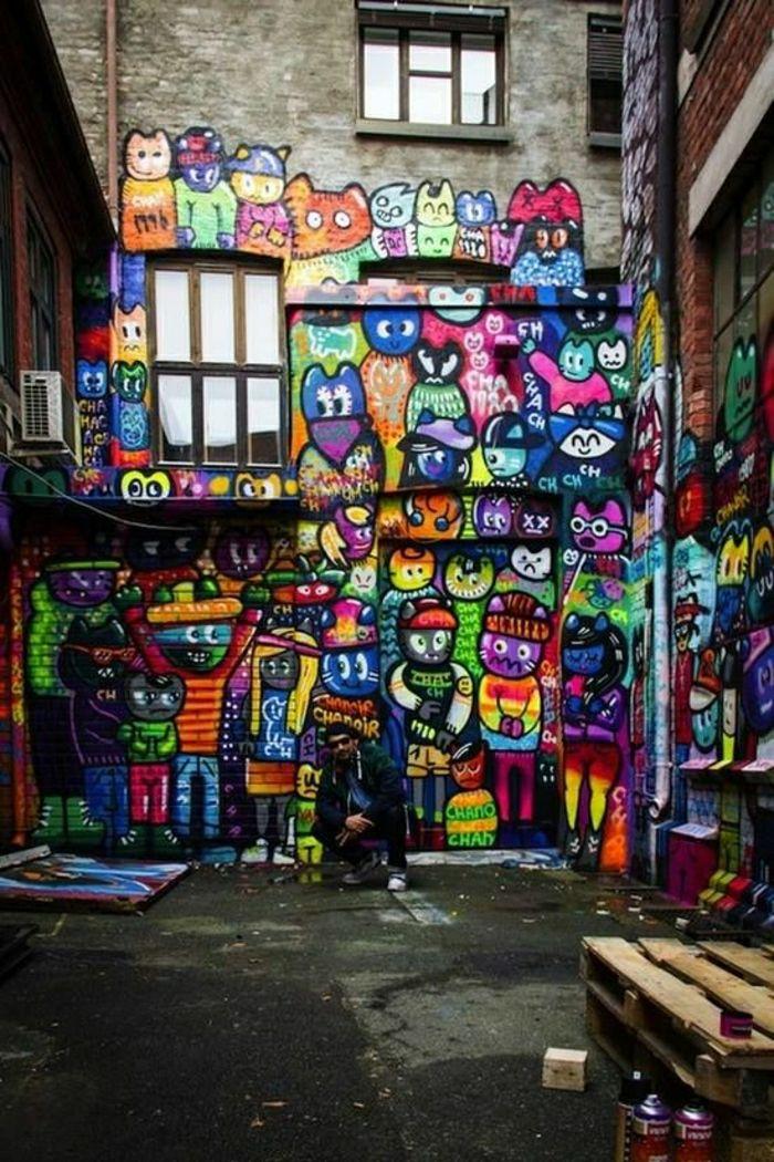 verschiedene Katzen auf einer Wand
