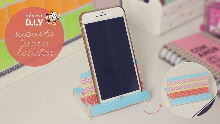 Minuto DIY - Suporte para Celular No DIY de hoje nós vamos fazer um suporte para apoiar o celular. Dá para apoiar o celular deitado ou em pé, e funciona para qualquer modelo de aparelho. (Por: Carla Sant'Anna, blog Burguesinhas)