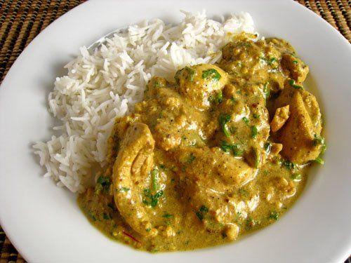 Κοτόπουλο με σάλτσα γιαουρτιού, κάρυ, κάσιους και ρύζι μπασμάτι