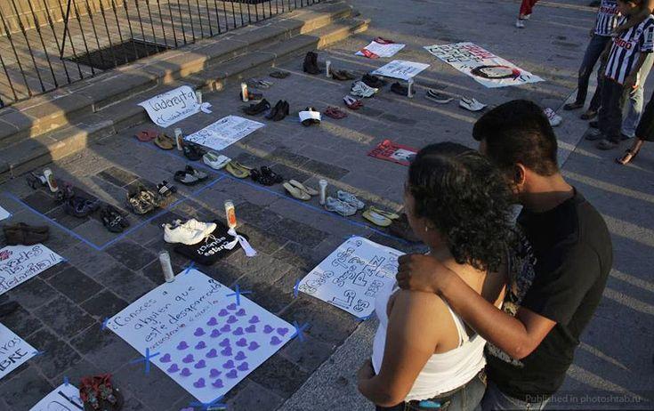 Из обуви пропавших по всей Мексике людей энтузиасты соорудили число 49 по количеству убитых наркоторговцами.