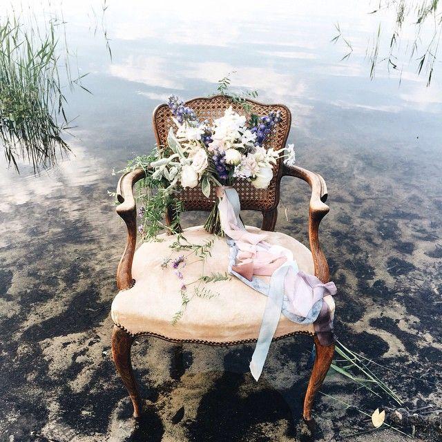 Все таки работа декоратора полна контрастов и нам это нравится После сумасшедшей рок свадьбы в выходные сегодня оформляли романтичную историю на берегу озера. Фото от любимых @yaroslav_shuraev и @zhenyaswan