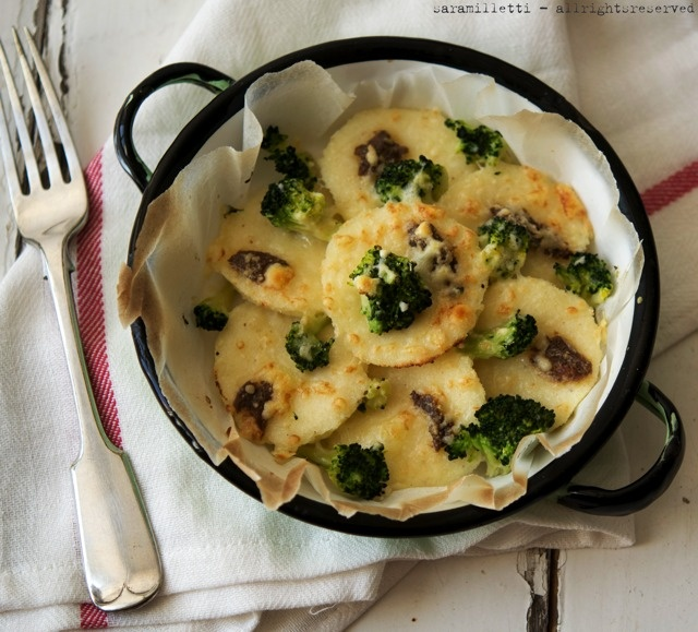 gnocchi di semolino con broccoletti e acciughe