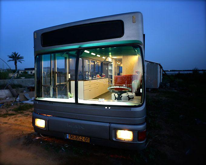 Wohnraum ist überall – Ausrangierter Bus zu Wohnung umgebaut