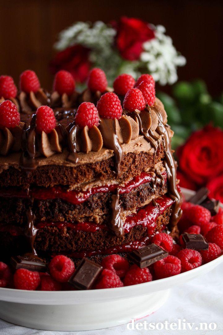 Sponset innlegg. Hei dere! Mai er måneden for festkaker, og i dag vil jeg tipse dere om en virkelig flott kake som har supergod smak av sjokolade og bringebær! Den gode smaken kommer av at jeg bruker ekte Freia Dronningsjokolade - kokesjokolade i både kakebunner, sjokoladekrem og som pynt. I tillegg er det viktig å bruke bringebærsyltetøy med ekstra høyt bærinnhold og friske bringebær til pynt. Smaken av friske bringebær i kombinasjon med virkelig god sjokolade er ganske så uslåelig…