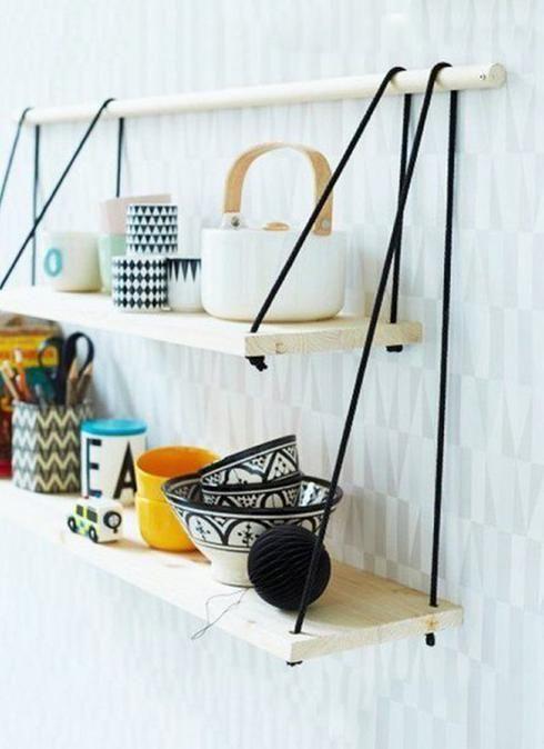 Étagères en bois J'adore le mélange des textures et des couleurs de cette petite étagère! Un goujon de bois, deux planches de bois ainsi que de la corde noire sont les seuls éléments dont vous aurez besoin pour réaliser ce DIY simpliste, mais très stylé.