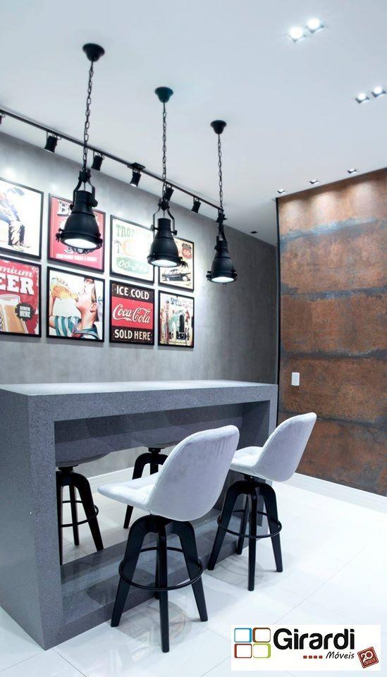 Bancada em silestone cinza stellar com pendentes modernos e cadeiras de arrasar! Quadros para dar um charme ao ambiente com revestimento cobre na parede. Lindo   de morrer!
