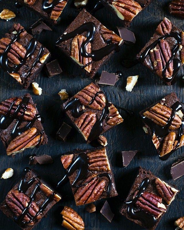 Когда увидела в соблазнительном шоколадном профиле @thefeedfeed.chocolate невероятный брауни с пеканом и поняла, что мне срочно нужно приготовить такие же соблазнительные брауни с пеканом... И дождавшись свободного дня, я устроила этот #foodporn 😍 Разбирайте, угощайтесь! Рецепт из шоколадного сборника @russianfoodieproject . Брауни с маскарпоне. Плюс я добавила пекан. Рецепт добавлю здесь в скором времени🙌🏼 Всем хорошего дня!
