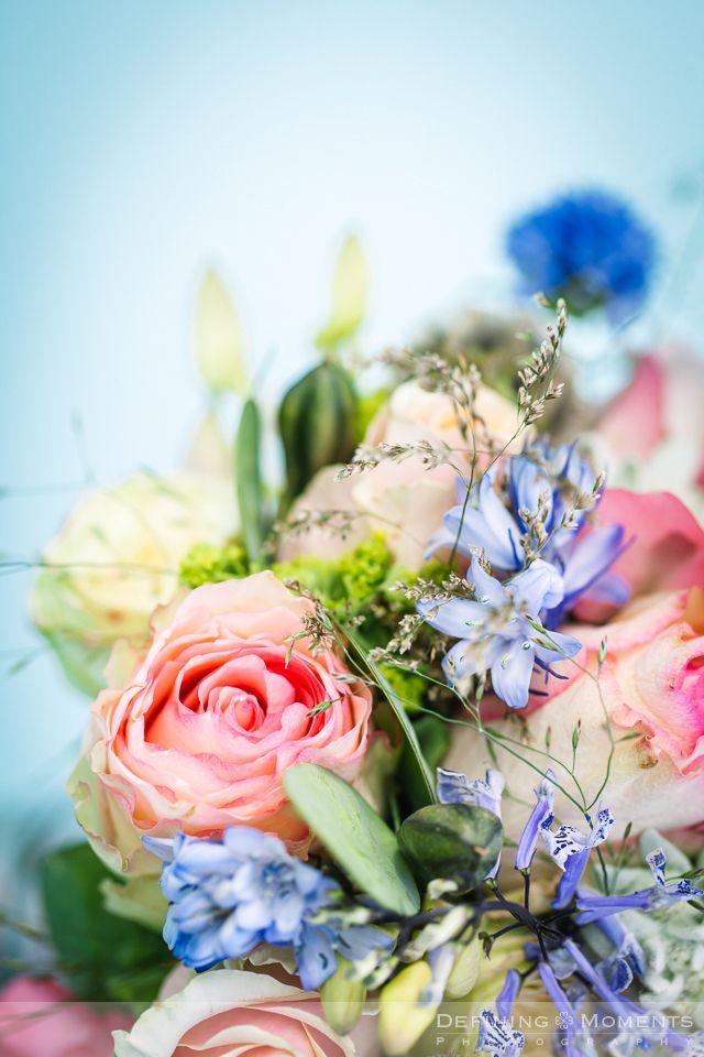 Bruidsboeket in zachte pasteltinten: roze, zalmroze, zachtblauw, zacht lila crème met rozen, lathyrus, edelweiss en blauwe klokjes.