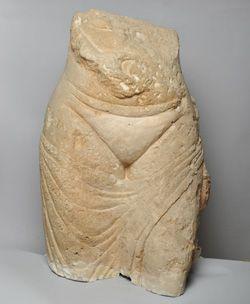 Torso femenino del Qasr Mushatta (Jordania, siglo VIII).