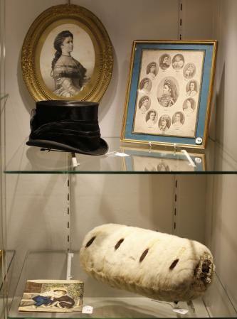 4月30日、オーストリア・ハンガリー二重帝国のエリザベート皇妃が着用していたとされる乗馬用の帽子がオークションで13万4500ユーロ(約1900万円)で落札された。写真は競売に掛けられた皇妃ゆかりの品々(2014年 ロイター/Leonhard Foeger) ▼1May2014Reuters|エリザベート皇妃の帽子が1900万円で落札、予想の50倍以上 http://jp.reuters.com/article/oddlyEnoughNews/idJPKBN0DH29520140501 #Empress_Elisabeth_of_Austria #Austria_Hungary #Austro_Hungarian_Empire #Dual_Monarchy
