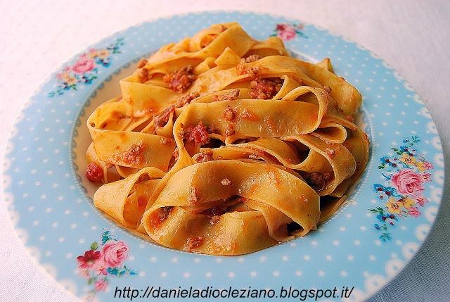 http://danieladiocleziano.blogspot.it/2012/05/pappardelle-al-limone-con-ragu-danatra.html
