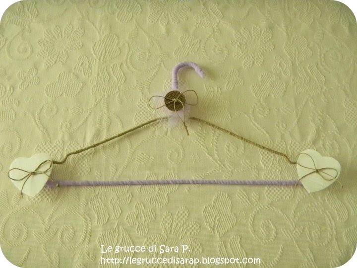 Gruccia con cordoncino di spago e cordoncino lilla con bottone di metallo e cuoricini di cartone ondulato