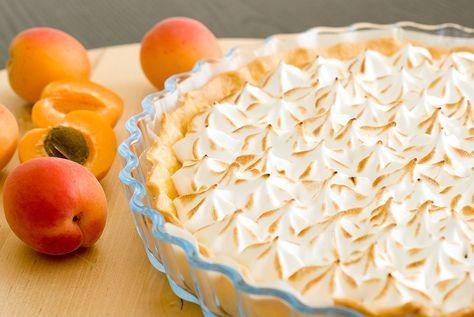 Une petite douceur de saison pour profiter de beaux abricots… Au lieu d'utiliser les fruits en morceaux, j'ai souhaité garnir la pâte d'une crème à l'abricot, appelée « abricot curd », qui se réalise comme le lemon curd, donc très facilement! La tarte abricots est recouverte d'une meringue italienne légère et sucrée, que je préfère à la meringue française. Voici donc le pas à pas… – Faire cuire la pâte (brisée ou sablée) à blanc à 170° pendant 20 minutes. Réserver. – Mixer finement 400g…