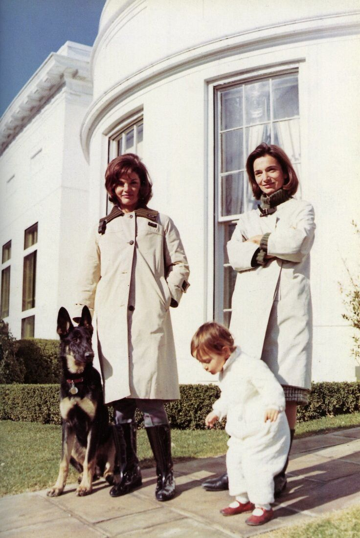 Jackie Kennedy and sister Lee Radziwill at the White House. #JackieKennedy #LeeRaziwill