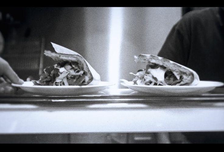 SDP - Candle Light Döner  Lyrics: Wir machen Candle Light Döner mit Bier aus der Dose Und ich denk' ich sitz' im Ritz Ich mag die Nudeln mit Ketchup als Sauce Wenn du mir gegenüber sitzt Und auch der Sekt von Kaisers hat geschmeckt wie Champagner Wenn du dabei warst Wir freuen uns immer wenn es regnet Genau bei so 'nem Wetter sind wir uns begegnet  Der IKEA-Tisch wird zu einer Tafel Obwohl ich nicht mal 'ne Tischdecke habe Und das Fenster geht nicht auf Die Straße ist zu laut Und den…
