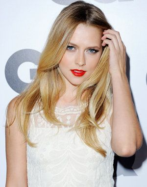 Teresa Palmer looks great in this color of her lipstick!