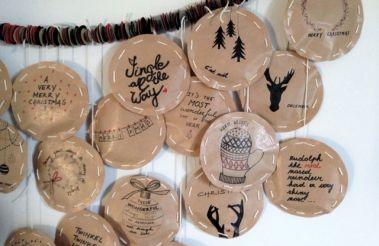 In de etalage van de winkels zie je de kerstversiering al opduiken,  de feestdagen komen er dus aan! Een kerstboom in huis is voor mij toch nog wat vroeg, maar aftellen tot Kerstmis kan natuurlijk al wel! Kom, pak het nodige materiaal en we maken een advent kalender.