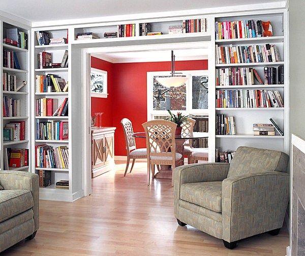 Bücherregale Wand über Tür Offener Wohnbereich Leseecke Sessel