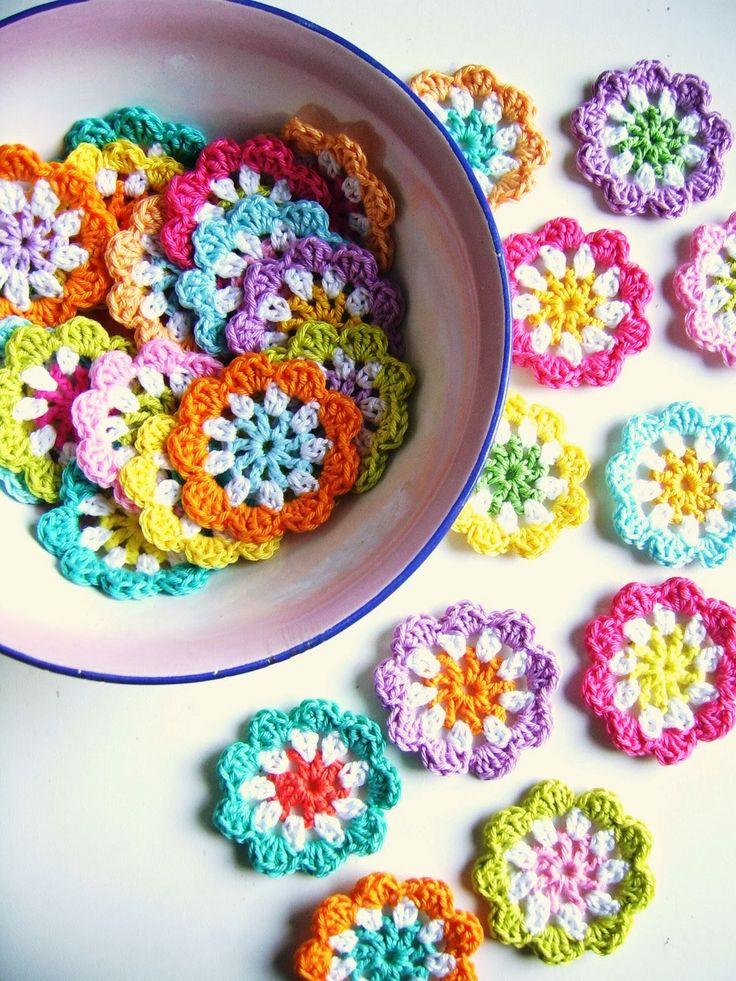 silly old suitcase: DIY: crochet a mini flower garland in bright colours.....★ Teresa Restegui http://www.pinterest.com/teretegui/ ★..