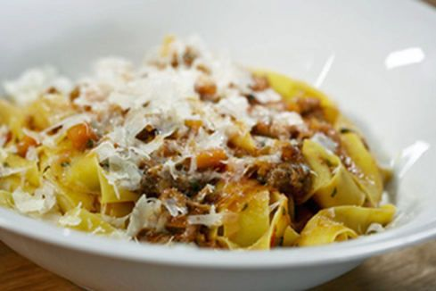 """Serie """"Das besondere Rezept"""": Tim Mälzer und die weltbesten Spaghetti Bolognese - Genuss   STERN.DE Mobile"""