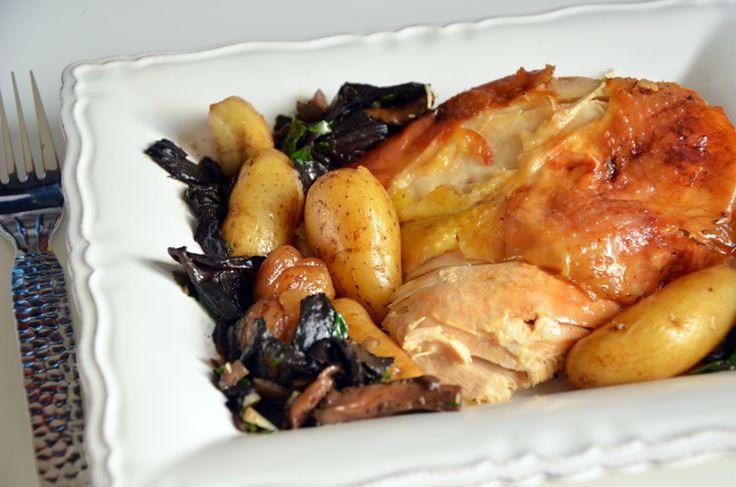 Chapon de Noël rôti, champignons et marrons, un excellent choix de mets goûteux et très savoureux pour des repas exceptionnels de fêtes de fin d'année...