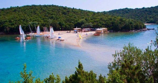 Η παραλία Μπέλλα Βράκα ενώνει τα Σύβοτα με το νησάκι Μουρτεμένο. Μπορεί κανείς να την επισκεφτεί με τα πόδια περνώντας κυριολεκτικά μέσα από την θάλασσα. Είναι μια μικρή, γραφική, αμμώδης παραλία η οποία συγκεντρώνει πολλούς τουρίστες από τα γειτονικά ξενοδοχεία. Η παραλία προσφέρει επίσης την… Η παραλία Μπέλλα Βράκα ενώνει τα Σύβοτα με το νησάκι …