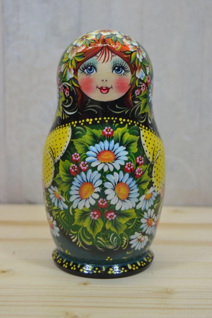 Matriochka-poupées russes en bois lot de 5 avec les marguerites sur châle. Poupée gigogne est tournée de tilleul (dautres noms - lime de tilleul). Chaque élément de la poupée est peint avec de la peinture gouache de haute qualité (tempera). Certains détails sont faites avec lutilisation de la feuille décorative. Chaque poupée russe est recouvert de 3 couches de vernis brillant non toxique ! Cette poupée est faite par lartiste Nelly Marchenko, qui peint des poupées russes pour plus de 30…