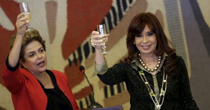 A presidente Dilma Rousseff e a presidente argentina, Cristina Kirchner, fazem um brinde durante a 48º Cúpula dos Chefes de Estado do Mercosul e Estados Associados, que acontece em Brasília (DF). No encontro, os chefes de Estado do Brasil, da Argentina, do Paraguai, do Uruguai e da Venezuela discutem a criação de acordo comercial com a União Europeia e a renovação do Fundo de Convergência Estrutural do Mercosul (Focem  A ESCORIA DA RAÇA HUMANA, DUAS CRIMINOSAS DA PIOR ESPECIE.