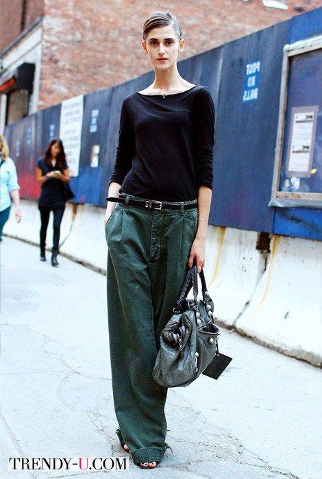 Широкие брюки из денима и черная футболка с длинным рукавом