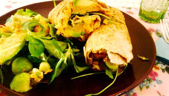 vegetarische wrap met zoete aardappel en hummus