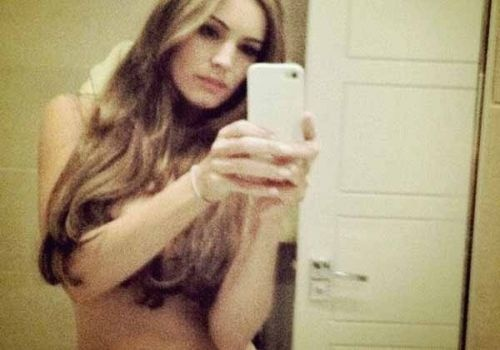 Kelly Brook Knows How To Authenticate A Twitter Account
