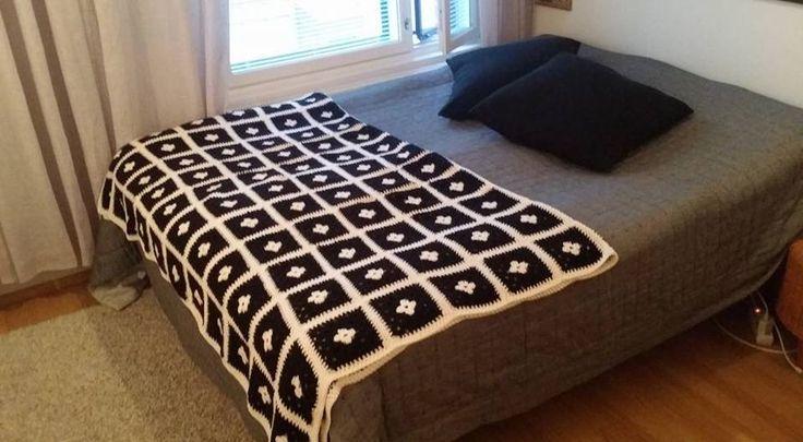 Isoäidin neliöt. SIinäpä se. Kymmenittäin ja kymmenittäin mustavalkoisia isoäidin neliöitä ommellaan lopuksi yhteen ja peitto on valmis. Lanka on...